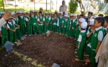 TK Gondang Ajak Siswa Ziarah Makam Pendiri