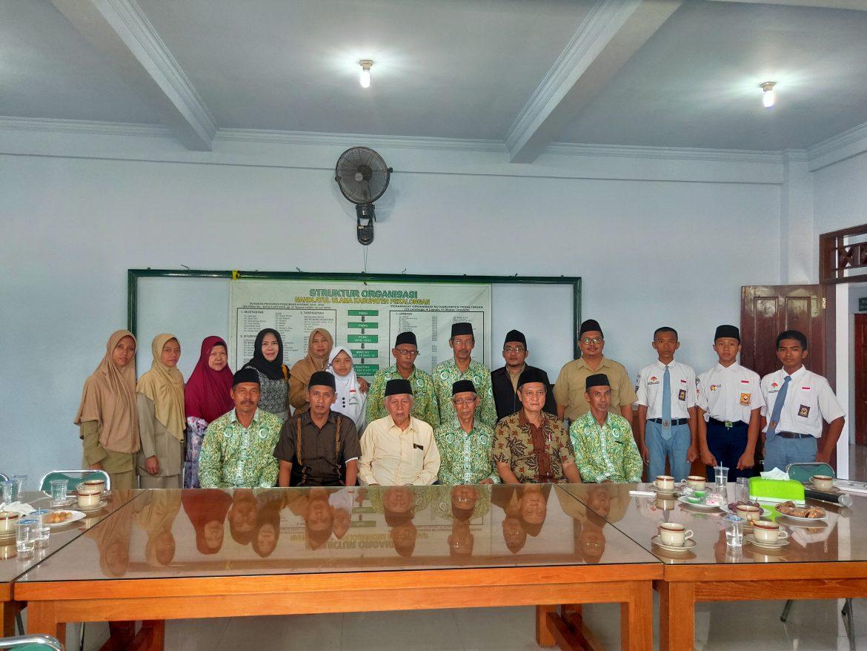 Berfoto bersama; Pengurus Yayasan Gondang dan Pengurus PCNU Kabupaten Pekalongan saat serah terima bantuan dana pembangunan Kampus ITSNU Pekalongan